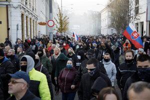 Účastníci prichádzajú z Hlavnej stanice v Bratislave na protest proti vláde