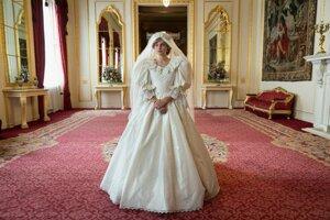 Emma Corrin vo svadobnej róbe princeznej Diany.