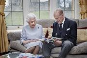 Kráľovský pár zverejnil fotografiu, na ktorej otvára pohľadnicu od svojich troch pravnukov.