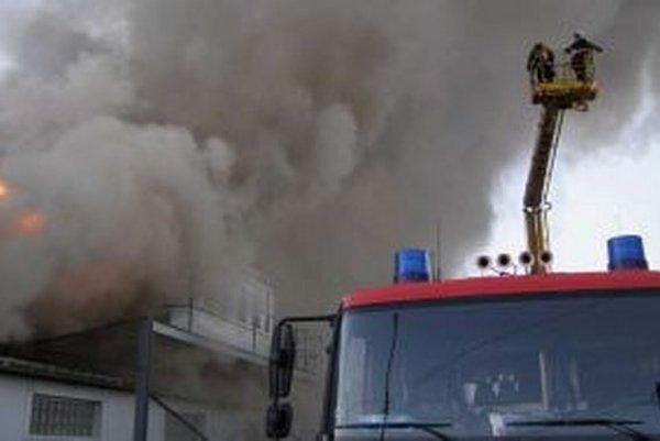 Dnes o šiestej ráno zlikvidovali hasiči rozsiahly požiar lakovne v Galante.