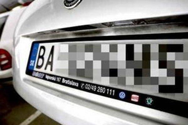ŠPZ jasne identifikuje, odkiaľ pochádza majiteľ auta. V Česku informáciu o území vypustia.