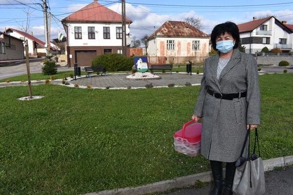Starostka Helena Podolinská prišla v sobotu na úrad so šiškami.