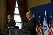 Izraelský premiér Benjamin Netanjahu (vpredu) a končiaci americký minister zahraničných vecí Mike Pompeo.