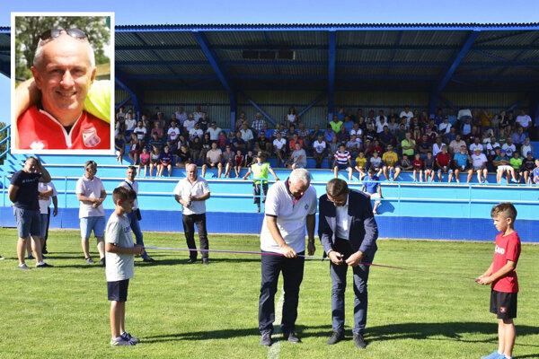 V lete tohto roku v Kmeťove slávnostne otvorili multifunkčné ihrisko a zavlažovací systém na štadióne. Vľavo vo výreze Marián Černák.