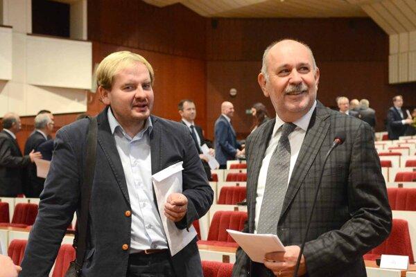 Saxa (vľavo) odchádza z klubu Fungujúce Košice, Rusnák (vpravo) hovorí, že poslanci nie sú hlasovacie stroje na želanie.