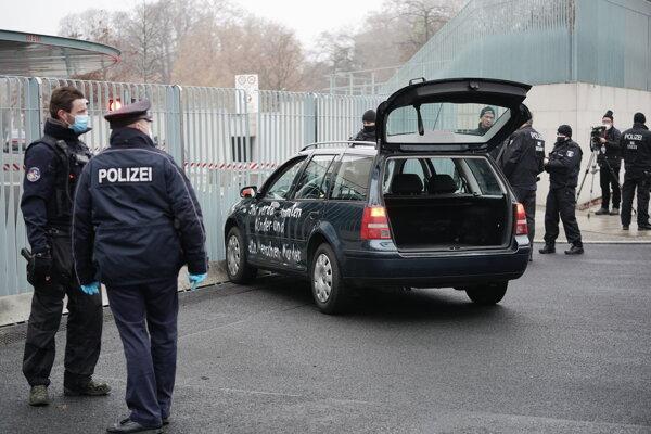 Auto prehľadáva polícia.