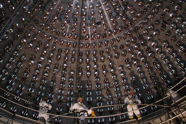 Technici vo vnútri detektoru Borexino, ktorý zachytil nepolapiteľné častice.