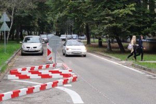 Jednosmerka medzi Chrenovským a Univerzitným mostom ráta podľa dohody medzi mestom a UKF aj s parkujúcimi študentmi. Dostanú špeciálne parkovacie karty.