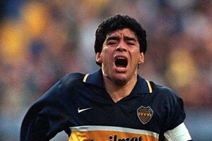 Na archívnej fotografii z z 25. októbra 1997 Maradona oslavuje gól na svojom poslednom oficiálnom futbalovom zápase s Boca Juniors v argentínskom Buenos Aires.