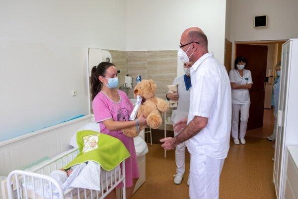 Mamičke prišiel k druhému dieťatku zagratulovať aj riaditeľ rimavskosobotskej nemocnice Richard Hrubý. Malému Dávidkovi daroval plyšového medvedíka.
