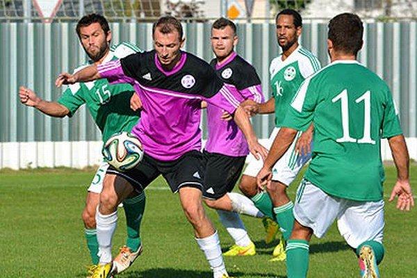 Veľký Meder (v zelenom) v šlágri kola porazil Komárno 2:0.