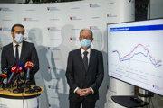 Zľava minister zdravotníctva SR Marek Krajčí a prezident Slovenskej spoločnosti infektológov Pavol Jarčuška počas tlačovej konferencie k aktuálnej pandemickej situácii na Slovensku.
