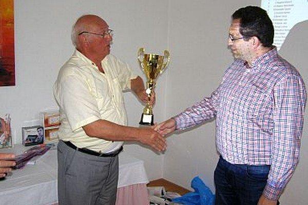 Víťazný pohár si odniesol Peter Ábel z Piešťan (vpravo).