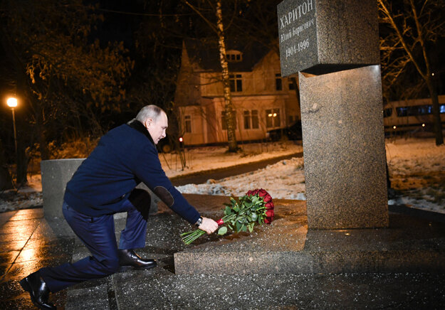 Vladimir Putin pokladá kvety ku pamätníku Julia Charitona, lídra sovietskeho jadrového programu, v Sarove. Napriek opatreniam nemal rúško ani ochranné rukavice.