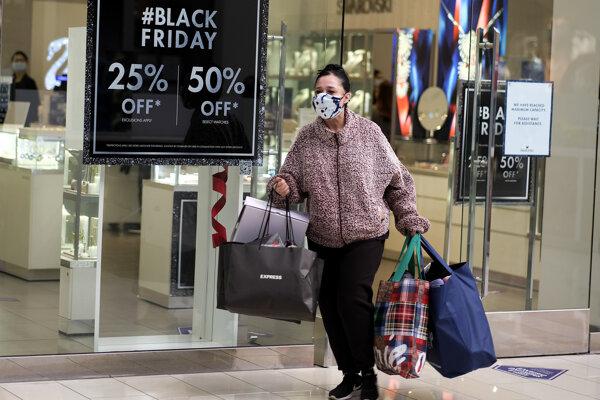 Počet návštevníkov v kamenných predajniach počas Black Friday prudko klesol.