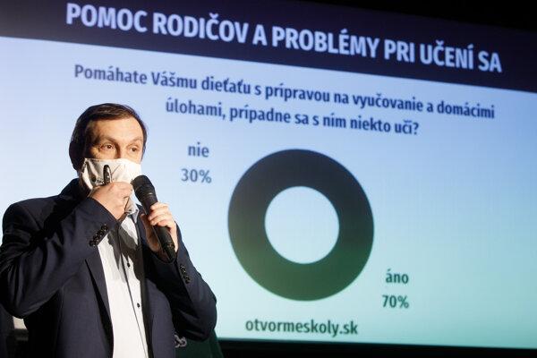 Predseda SPOLU Juraj Hipš počas tlačovej besedy o výsledkoch prieskumu, ktorý sa pýtal rodičov, ako zvládajú dištančné vzdelávanie a aký dopad má na ich domácnosti.