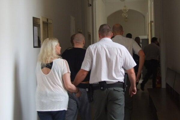 V kauze boli odsúdení štyria muži a jedna žena.