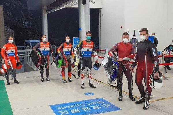 Jozef Ninis (druhý zľava) pri testovaní novej dráhy v Číne.