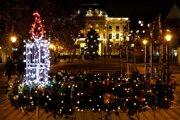 Na adventnom venci na Hviezdoslavovom námestí od nedele svieti prvá sviečka.
