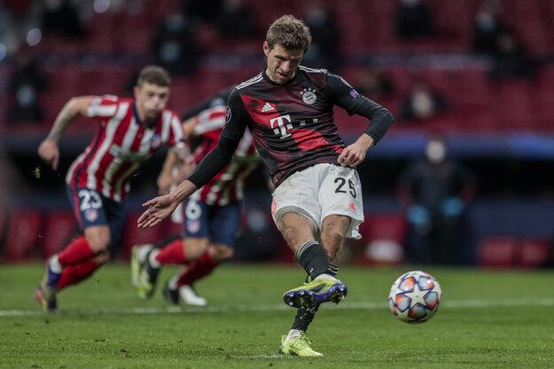 Thomas Müller premieňa penaltu v dueli proti Atléticu Madrid.
