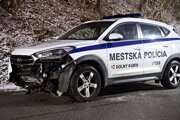 Auto mestskej polície po dopravnej nehode.