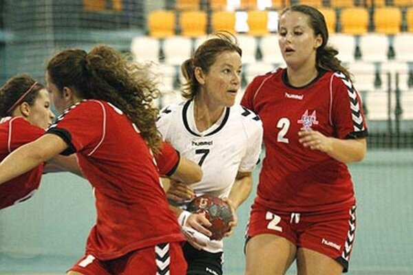 Skúsená Katarína Hanakovičová (s loptou) prispela 7 gólmi k výhre žien UDHK Nitra v Trenčíne.
