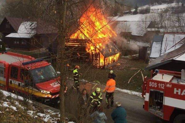 Požiar zachvátil hospodársku budovu.