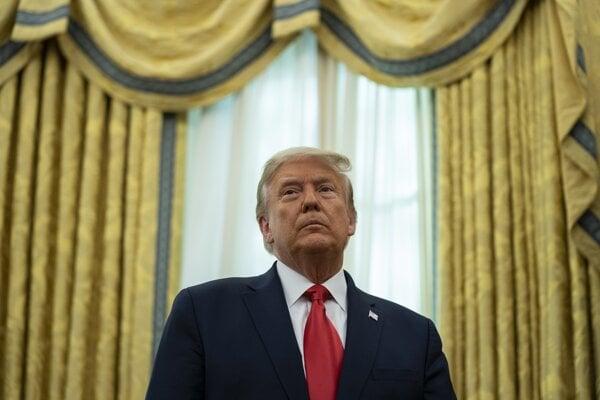 Dosluhujúci americký prezident Donald Trump.