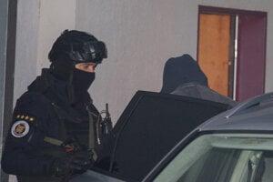 Milan Lučanský prichádza v sprievode polície na Špecializovaný trestný súd v Pezinku.