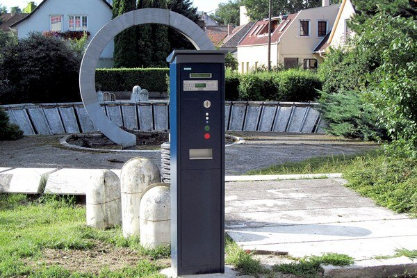 Automaty pribudli nielen na frekventovaných uliciach, ale napríklad aj priamo pred vchodom do PKO, kde sa konajú kultúrne akcie.