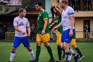 Momentka zo zápasu Predmier - Turzovka (0:0). Len s vedúcim mužstvom súťaže stratili zverenci Kamila Begáňa body na domácom ihrisku.