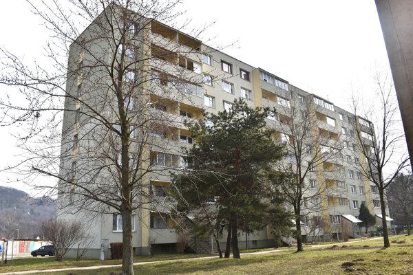 Po vyše desiatich rokoch od zateplenia bytovky stále hrozí, že jej rekonštrukcia sa výrazne predraží.