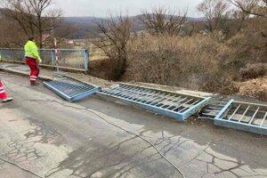 Na moste už odstránili zábradlie.