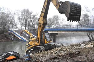 Robotníci to nemajú jednoduché, ide o náročnú prácu v koryte rieky.