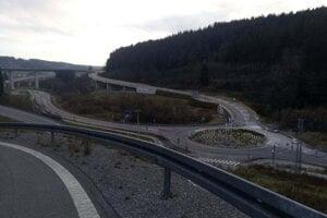 Diaľničiari dokončili križovatku, pomôcť má pri riešení dopravnej situácie vo Svrčinovci.