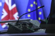 Rokovania medzi Európskou úniou a Britániou stále prebiehajú, ale od dohody sú stále ďaleko.
