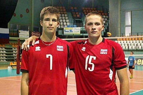 Nitriansky volejbal budú na šampionáte reprezentovať Peter Porubský (vľavo) a Adam Hoďák.