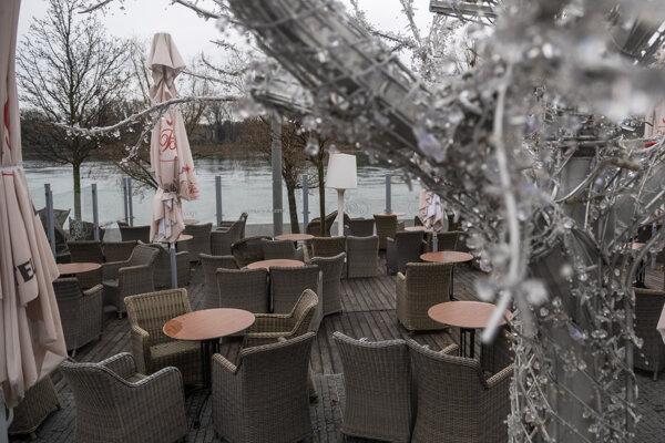 Zatvorené terasy na nábreží Dunaja.