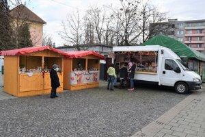 Namiesto vianočných trhov vznikla na námestí republiky v Lučenci aspoň akáto predajná zóna pre lokálnych producentov.