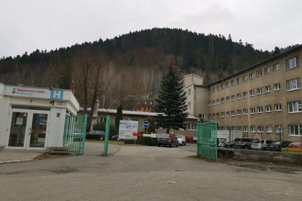 Nemocnica v Krompachoch. Tesne za bránou je miesto pre MOM.