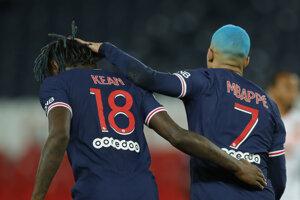 Futbalisti PSG - zľava Moise Kean a Kylian Mbappé.