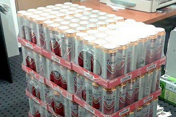 Pätnásť kartónov piva Corgoň už v redakcii čaká na svojich majiteľov.