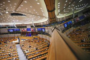 Europoslanci počúvajú prejav predsedníčky Európskej komisie Ursuly von der Leyenovej na plenárnom zasadnutí Európskeho parlamentu v Bruseli.
