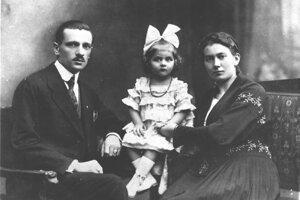 Malá Liduška s adoptívnymi rodičmi, manželmi Polákovcami.