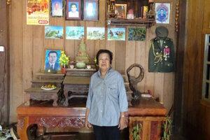 Yong Moeun, kuchárka vodcu Červených Khmérov Pol Pota pri oltári svojho zosnulého manžela. Fotku Pol Pota dodnes nosí v peňaženke.