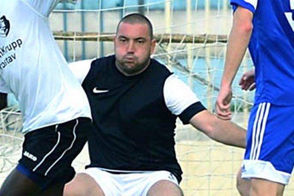 Brankár Dolných Salíb Marián Valenský prispel k vysokému víťazstvu nováčika gólom z penalty.