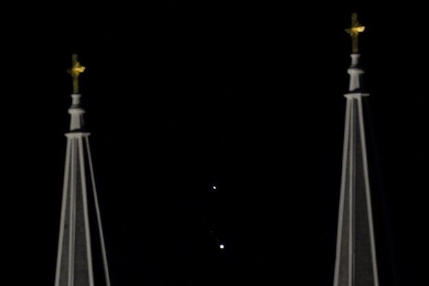 Planéty Saturn (hore) a Jupiter svietia na nočnej oblohe v americkom meste Topeka.