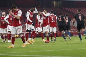 Smutní hráči Arsenalu po góle Riyada Mahreza.