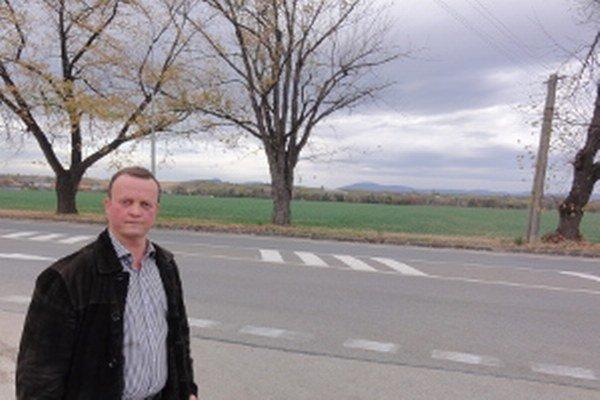 Anton Berczy pred pozemkami, ktoré rodina žiada vrátiť do jej vlastníctva.