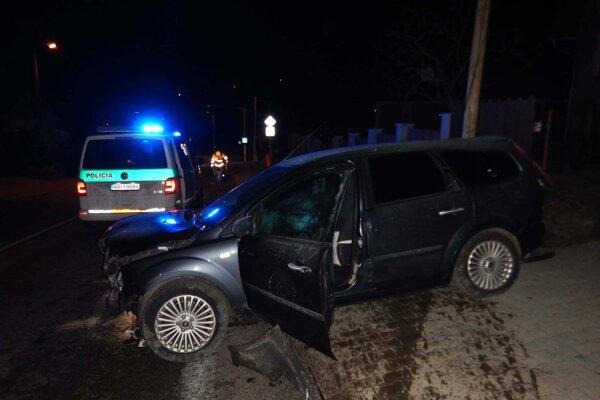 Jeden z vodičov zišiel z cesty a havaroval.